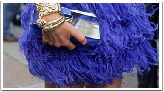 falda de plumas azul