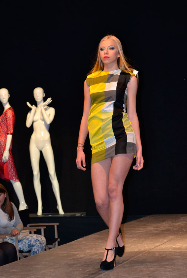 vestido de raso amarillo