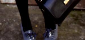 Look Gris falda zapatos bolso